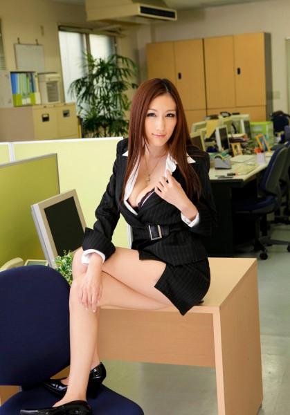 Julia seins nus au travail