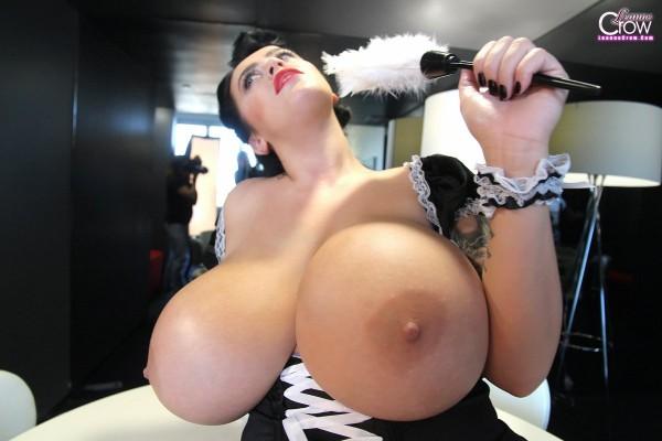 Leanne Crow montre ses seins