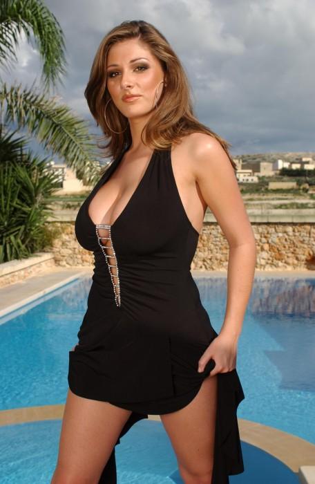 Lucy Pinder en robe devant une piscine à Malte