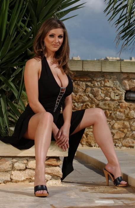 Lucy Pinder fait la promotion de la Gozo loterie de Malte