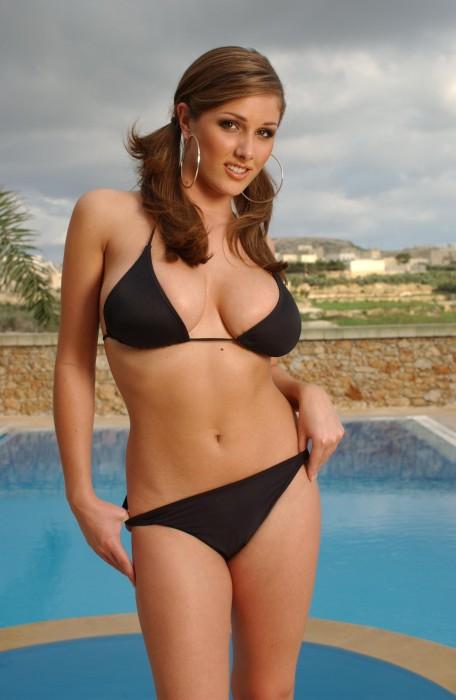 Lucy Pinder en bikini à Malte