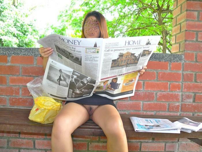 Une femme s'exhibe en lisant le journal à Singapour